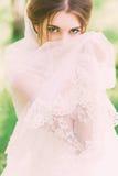 Visage énigmatique de bâche de jeune mariée avec le voile Photographie stock libre de droits