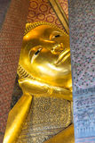 Visage étendu de statue d'or de Bouddha en Wat Pho, Bangkok Images libres de droits