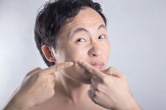 Visage asiatique de nettoyage d'homme photo libre de droits