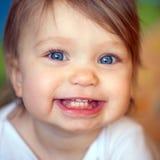 Visage aux yeux bleus heureux de bébé photos libres de droits