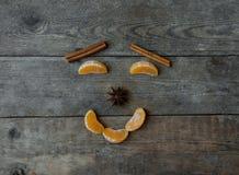 Visage avec la mandarine, l'anis et la cannelle sur le fond en bois Photo stock