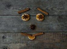 Visage avec la mandarine, l'anis et la cannelle sur le fond en bois Photos stock