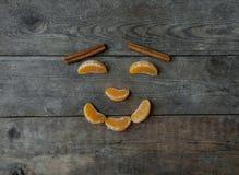 Visage avec la mandarine, l'anis et la cannelle sur le fond en bois Images libres de droits