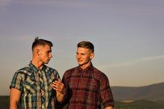 Visage beau d'homme Sourire d'homme de frères jumeaux, relations Photographie stock