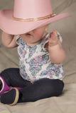 Visage caché par chapeau rose Photographie stock libre de droits