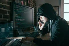 Visage caché par femme de pirate informatique utilisant le téléphone portable mobile photo libre de droits