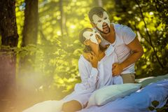 Visage caché par matin Jeunes couples photos libres de droits