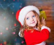 Visage, chapeau de Noël, cadeau ! Photo libre de droits