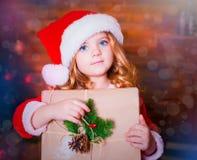 Visage, chapeau de Noël, cadeau ! Images libres de droits