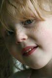 Visage couvert de taches de rousseur de fille Images libres de droits
