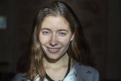 Visage d'émotion Portrait de genre de jeune belle fille photographie stock libre de droits