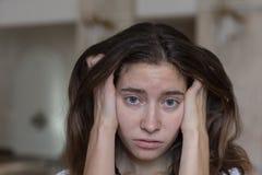 Visage d'émotion Portrait de genre de jeune belle fille image libre de droits