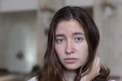 Visage d'émotion Portrait de genre de jeune belle fille photographie stock