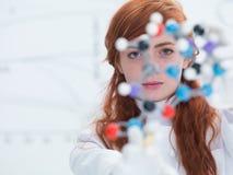 Visage d'étudiant analysant la molécule image stock