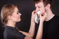 Visage d'homme de chiffon de femme par le tissu hygiénique Image stock