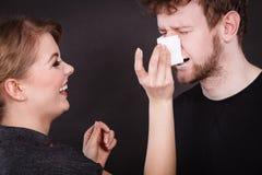 Visage d'homme de chiffon de femme par le tissu hygiénique Images libres de droits