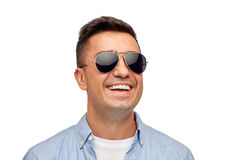 Visage d'homme de sourire dans la chemise et des lunettes de soleil Photographie stock