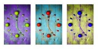 Visage d'horloge abstrait texturisé montrant 5 sur le fond en bois, les icônes d'horloges, le triptyque dans le pourpre, le vert  Photo stock