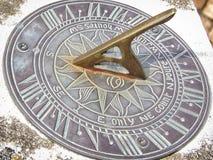 Visage d'horloge de cadran solaire avec les chiffres romains Images libres de droits