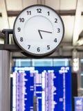 Visage d'horloge et horaire de vol au concept de voyage d'aéroport de station Photos stock