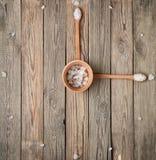 Visage d'horloge fait de sel et cuillères Photos stock