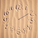 Visage d'horloge sur la plage Photo stock