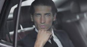 Visage d'un homme d'affaires s'asseyant dans la voiture Photos libres de droits