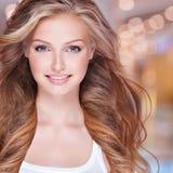 Visage d'un joli modèle de sourire regardant l'appareil-photo Images stock