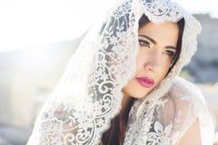 Visage d'un voile caché belle par jeune mariée image libre de droits