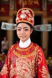 Visage d'une belle actrice chinoise d'opéra avec la peinture de visage, orientation de portrait, plan rapproché, milieux brouillé image libre de droits