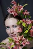 Visage d'une belle fille en fleurs Photographie stock libre de droits