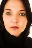 Visage d'une femme avec les yeux verts et les languettes rouges image stock