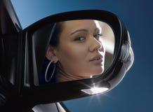 Visage dans le miroir rétroviseur Photos libres de droits
