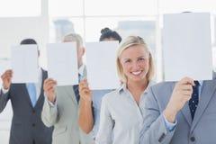 Visage de bâche d'équipe d'affaires avec le livre blanc excepté un woma image libre de droits