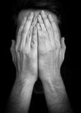 Visage de bâche d'homme d'†de dépression «avec des mains images libres de droits