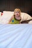 Visage de bébé de surprise dans la chambre à coucher Photos libres de droits