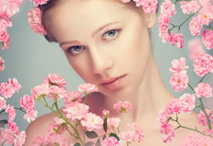 Visage de beauté de jeune belle femme avec les fleurs roses Photo stock