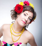 Visage de beauté - jeune femme mignon heureux avec la fleur Image libre de droits