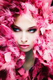 Visage de beauté dans les plumes Photo stock