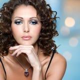 Visage de belle femme avec de longs poils bouclés Photographie stock