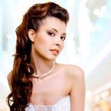Visage de belle femme avec la coiffure de mode et le makeu de charme image libre de droits