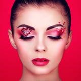 Visage de belle femme avec le coeur de maquillage de vacances Photographie stock