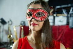 Visage de belle fille de brune avec le masque de carnaval photos stock