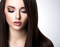 Visage de belle jeune femme avec le maquillage brun et directement images libres de droits