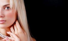Visage de collier de femme et de perle Photographie stock libre de droits