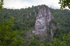 Visage de Decebal dans la falaise de la Roumanie image stock