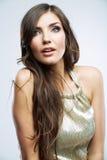 Visage de femme avec de longs cheveux bouclés sur les clo blancs de fond Photographie stock libre de droits