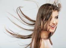 Visage de femme avec le mouvement de cheveux sur le fond blanc Photo stock