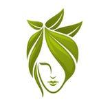 Visage de femme avec les feuilles vertes Photographie stock