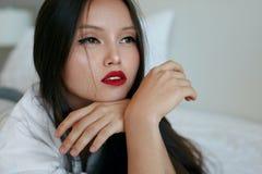 Visage de femme de beauté Beau modèle asiatique avec le maquillage rouge de lèvres photos stock
